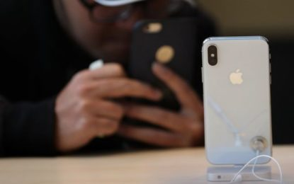 Apple Sells Fewer Phones But Profits Rise