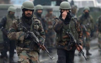 Bomb kills 40 Indian paramilitary police in convoy
