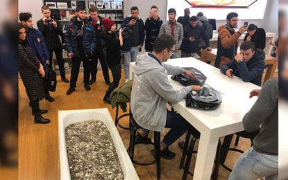 Russian man pays for iPhone XS with a bathtub full of coins