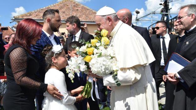 Pope Francis apologises to Roma for Catholic discrimination