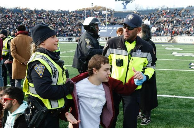 Harvard-Yale football game disrupted by student climate protest – [IMAGES]