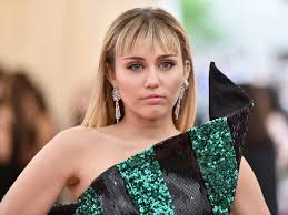 Miley Cyrus has 'shady side eye' for those not wearing masks