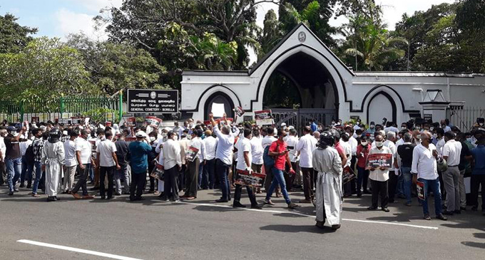Protest near Borella Cemetery against forced cremations [VIDEO]